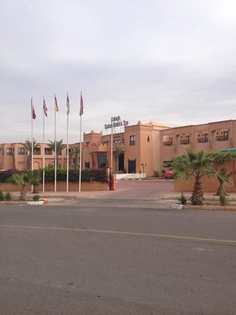 Zalagh Kasbah Hotel and Spa:                   outside the hotel