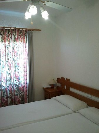 Hotel Lago Playa II:                   Lato finestra che dava sul retro, dalla parte delle saline