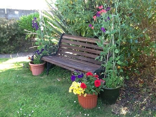 Fernview Cottage Bed & Breakfast:                   shady bench in front garden