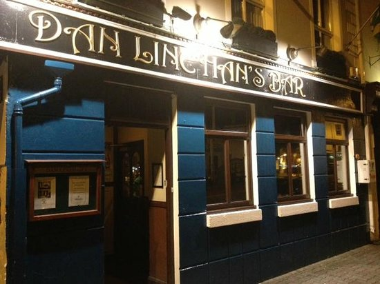 Dan Linehan's Bar & B&B: Dans By Night