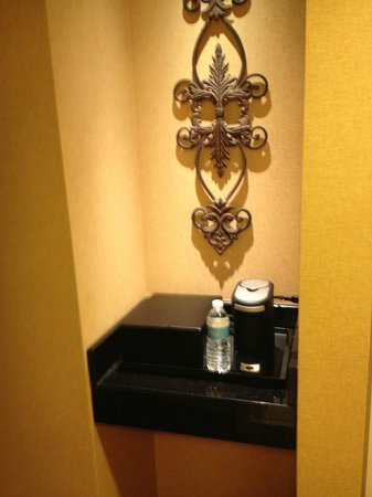 Renaissance Montgomery Hotel & Spa at the Convention Center : Bar, Coffee/Tea Maker
