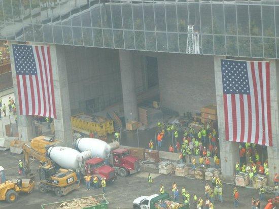 World Center Hotel:                   vista do quarto - trabalhadores americanos fazendo um minuto de silêncio para