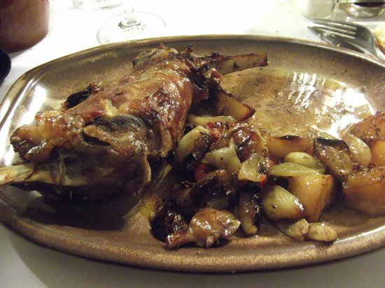 Restaurant Siurana:                   pierna de cordero asada con guarnición.