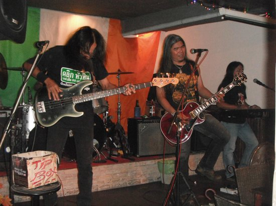 El Murphy's Irish Pub:                   The boy's rock-out!