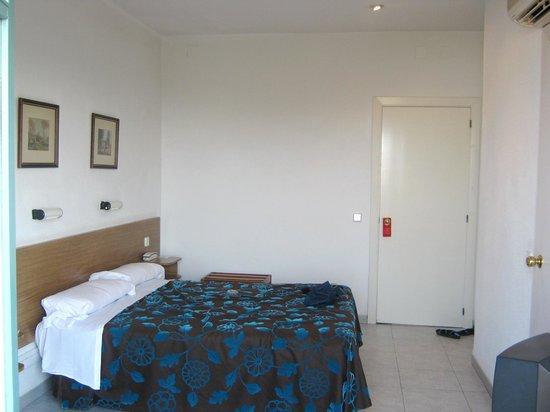 Hotel Planas:                   Довольно скромный номер, но большой