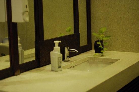 Mercure Samui Chaweng Tana Hotel: 1층 공용 화장실. 깔끔하다.