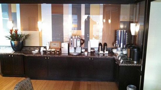 InterContinental Toronto Centre: Coffee and tea in executive club lounge.