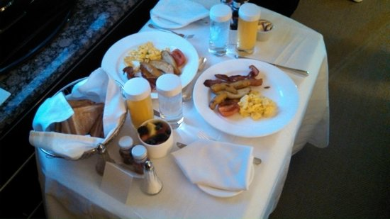 InterContinental Toronto Centre: Breakfast in bed.