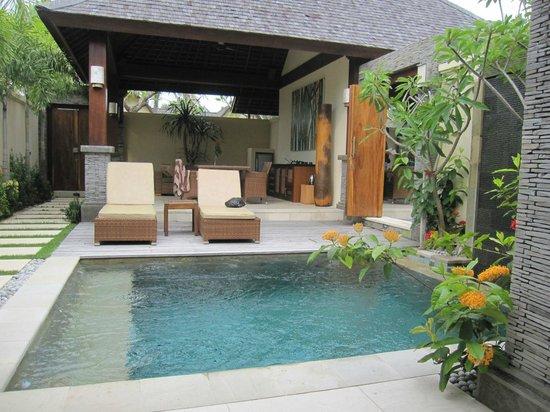 Hotel Vila Ombak:                   Akoya Pool Villas: plunge pool & meals area
