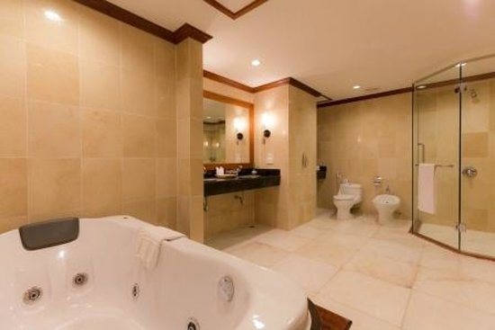Angkor Paradise Hotel: Suite room's bathroom