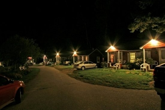 Old Red Inn & Cottages: Cottages at night