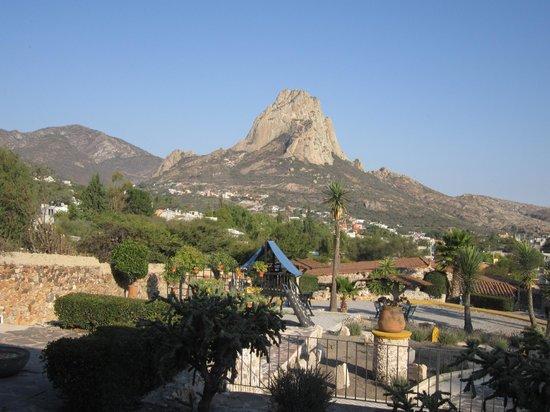 Hotel Parador Vernal:                   Vista del jardín del hotel