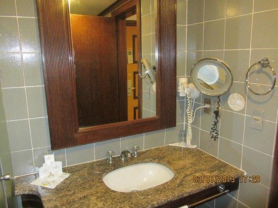 Das Unrenovierte Zimmer: Badezimmerausstattung - Picture Of ... Badezimmer Ausstattung