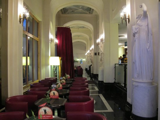 Angleterre Hotel: The Lobby leading to the restaurant and cafe