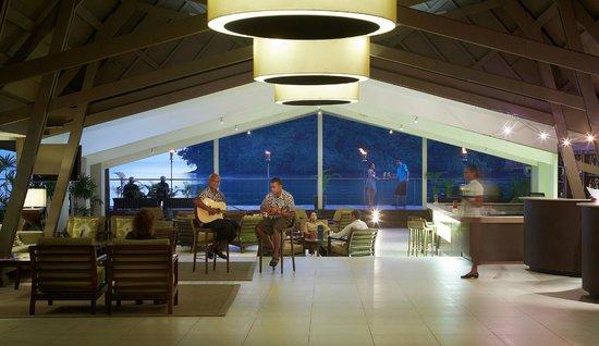 Novotel Suva Lami Bay: View upon entering lobby from the car park on dusk