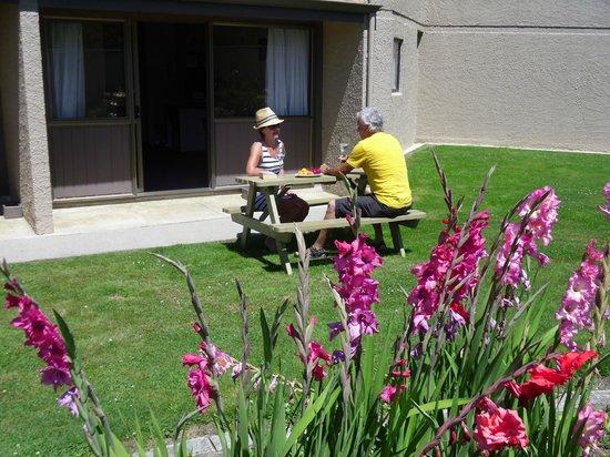 Fairway Motel: Enjoy a drink in the garden