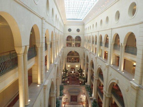 Michelangelo Hotel: View from uppstairs hallway