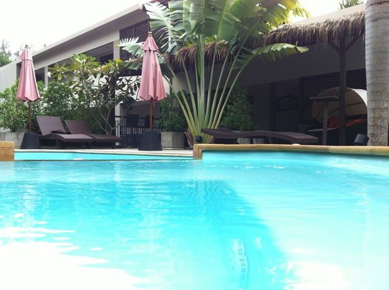 Baan Andaman Sea Surf : Swimming pool and lounge area