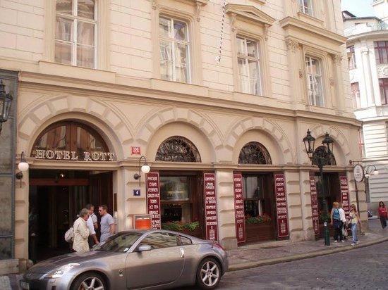 Rott Hotel:                   Hotel visto da rua