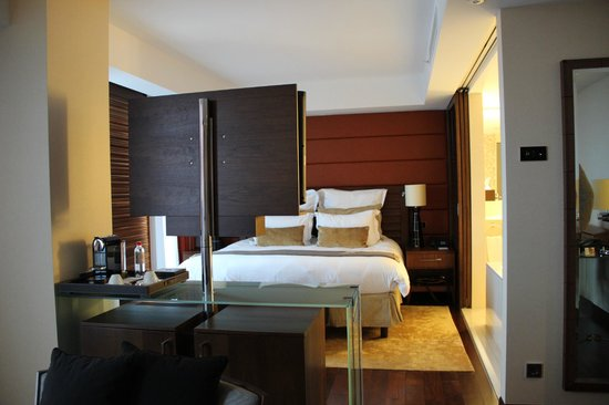 Jumeirah Frankfurt: view of bed from lounge area