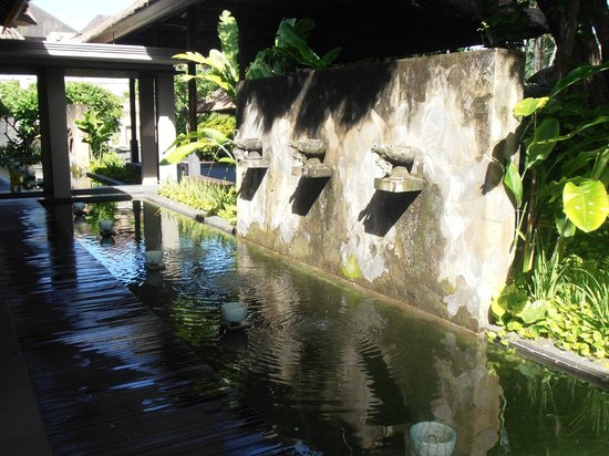 Legian Beach Hotel:                   Water feature at the Lobby
