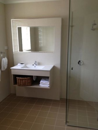 Martys at Little Beach:                   two bed apartment - fab bathroom !