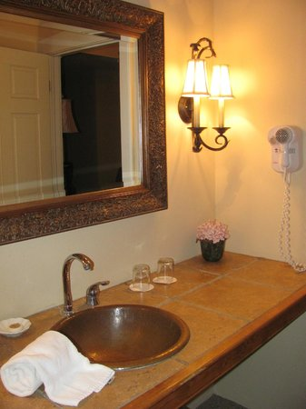The Inn at Leola Village, Lancaster: vanity and sink outside of the bathroom, between parlor and bedroom