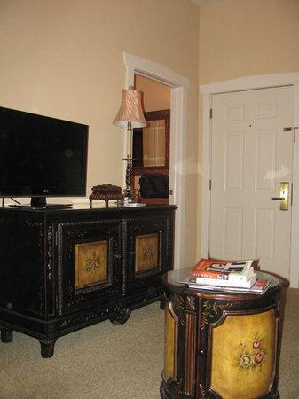 The Inn at Leola Village: parlor area