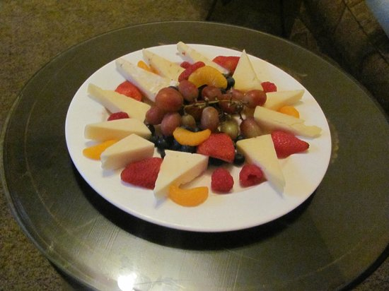 The Inn at Leola Village, Lancaster: Fruit and cheese plate we had in our room on arrival (pre arranged)