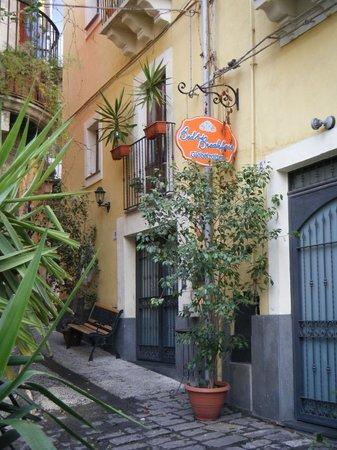 Bed & Breakfast Globetrotter Catania:                   front door