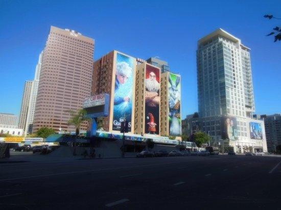 Hotel Figueroa:                   LA.LIVEの通りからの写真