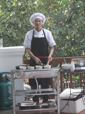 Riverside Boutique Resort: Omelette man