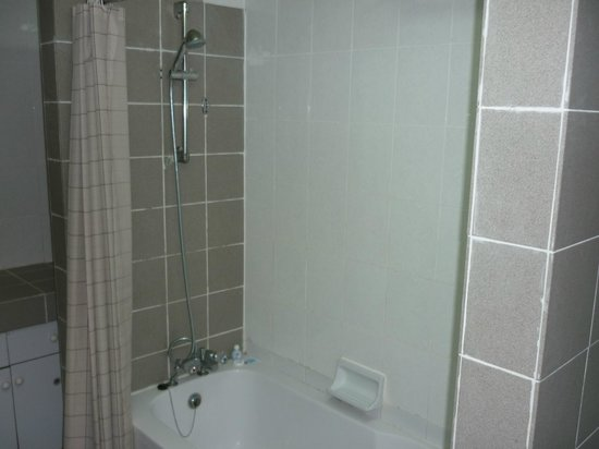 Jubilee Hotel:                   Shower/bath in superior suite
