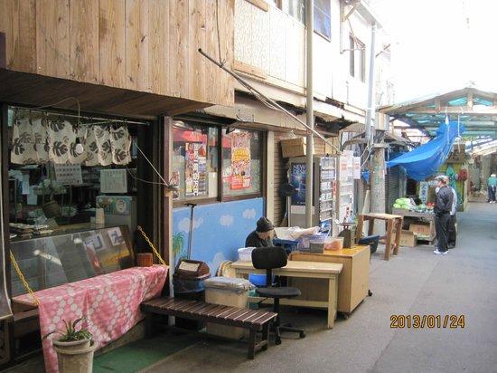 Sakaemachi Arcade:                   懐かしいお店のたたずまいです