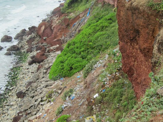 Varkala Beach: Müll in den Klippen.