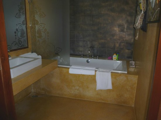 River 108 Boutique Hotel:                   bathroom