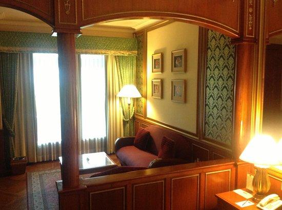Hotel Geulis:                   Ruang tamu pada Premium Suite