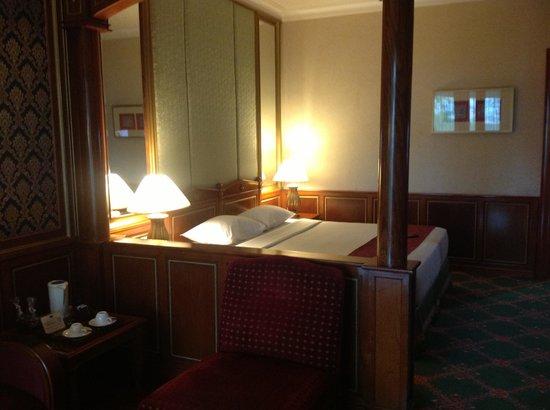 Hotel Geulis:                   Kamar Premium Suite