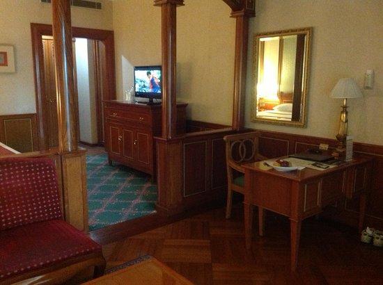 Hotel Geulis:                   Ruang kerja pada Premuim Suite