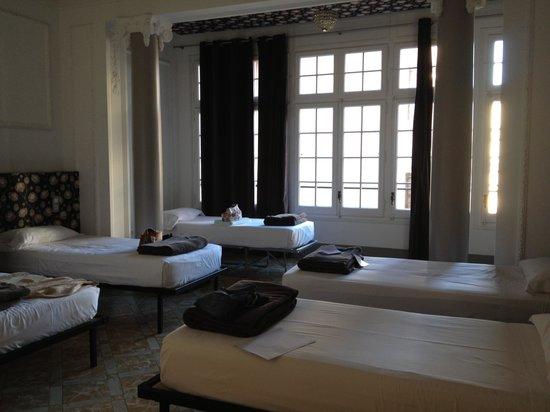 Casa Gracia Barcelona Hostel:                   Habitación 5 personas con baño privado