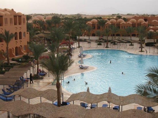 Jaz Makadi Oasis Resort and Club:                   Vy över poolmrådet