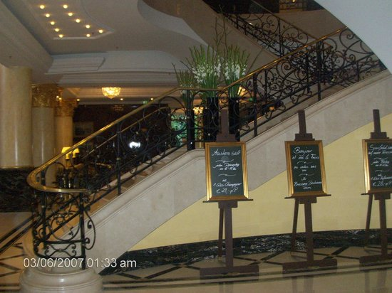 The Ritz-Carlton, Berlin:                   Η είσοδος του ξενοδοχείου