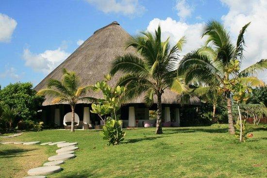 Sofitel So Mauritius:                   Le restaurant vu de la piscine