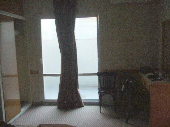 Gran Hotel Libertad:                   vista de la habitacion - puerta ventana sin cerradura