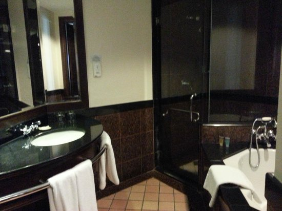 Sutera Harbour Resort (The Pacific Sutera & The Magellan Sutera): A spacious luxurious bathroom