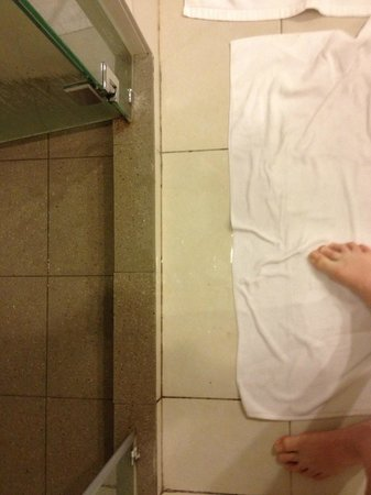 Century Langkasuka Resort:                   Shower Flooding Bathroom Floor