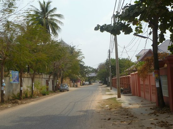 La Niche d'Angkor Boutique Hotel: street leading to hotel