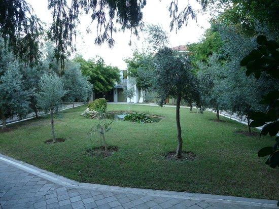 Club Belcekiz Beach Hotel:                   Tuin nieuwe gedeelte