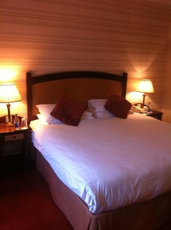 Kilkenny River Court Hotel: deluxe room bed