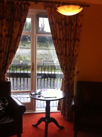 Kilkenny River Court Hotel: seating area and doors to balcony